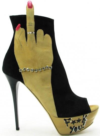 Schuhe mit Mittelfinger